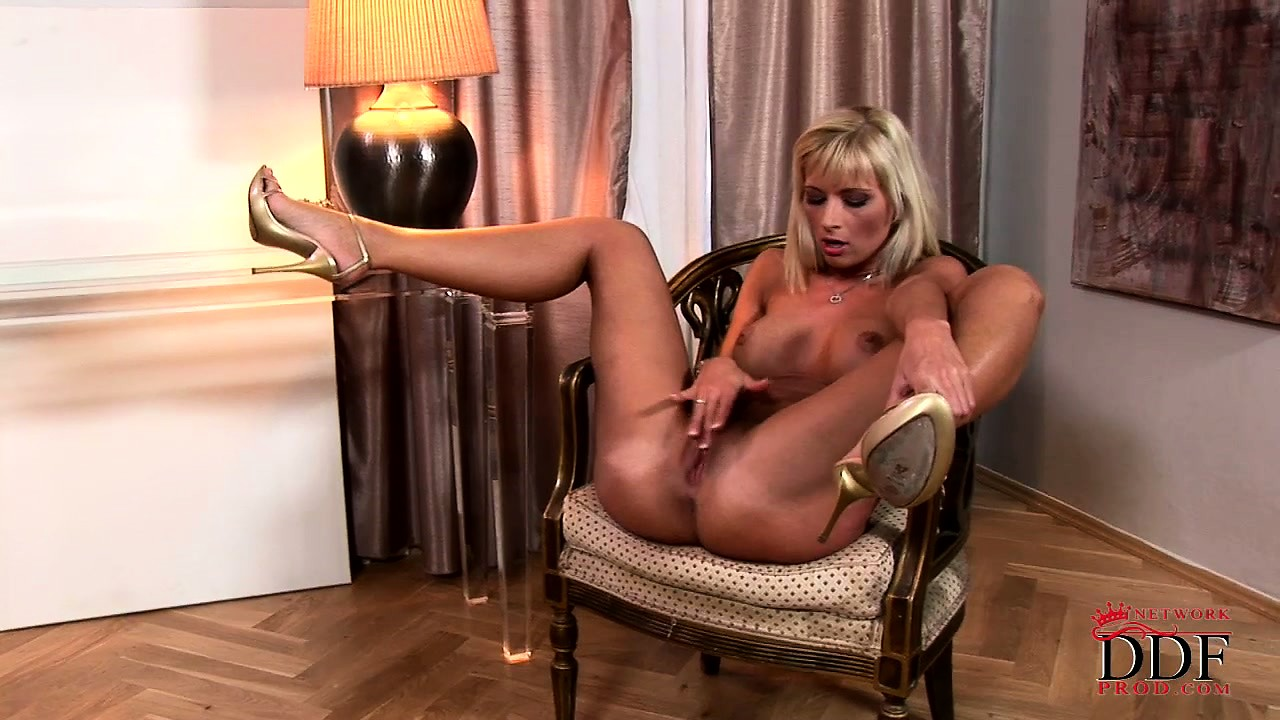 Porno Video of Blonde With A Dark Tan Rubs Her Hairless Pussy Lips On Camera
