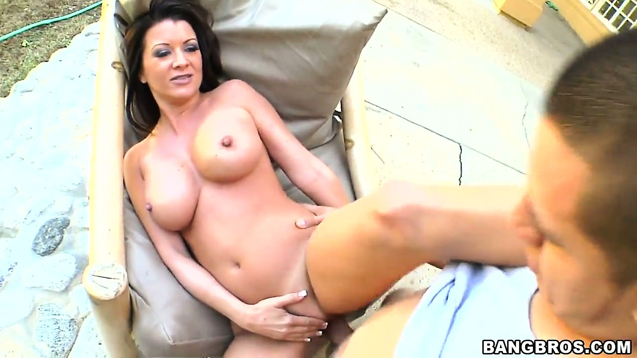 Porno Video of Curvy Cougar Gets Her Snatch Filled Up In An Outdoors Pov Film