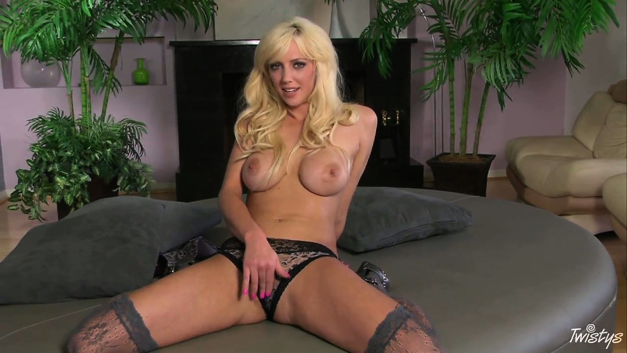 Porno Video of This Blondie's Sexy Tights Make Her Already Perfect Body Even More Seductive
