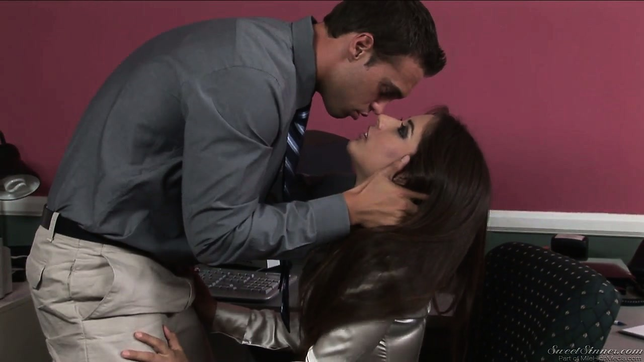 Porno Video of Office Workers Are Attracted To Each Other And Start Kissing